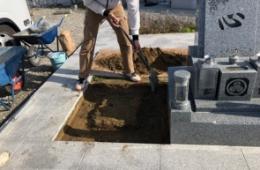 基礎工事をするために穴を掘ります
