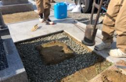 採石を引いてもう一度転圧をかけて地盤をしっかりと固めます