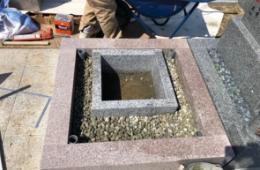 巻石(外柵)と納骨室の間にも採石を入れて石塔の基礎工事をしていきます