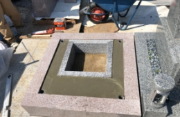 コンクリートを流しこみ石塔の基礎工事が完成です