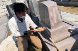 石塔の据え付けが終われば、次は石と石の間に耐震ボンドでメジ入れを行います
